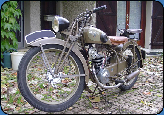 site mes motos anciennes d 39 apr s guerre moto peugeot p55c de 1949 conserv e dans son jus. Black Bedroom Furniture Sets. Home Design Ideas